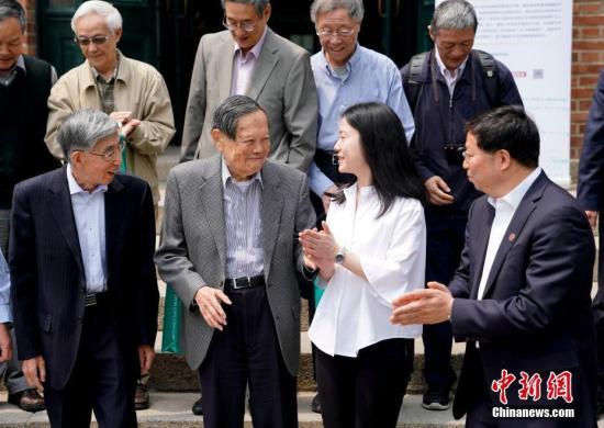 杨振宁携翁帆推新书 笑称百岁出《天大亮集》